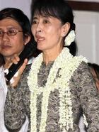 A ativista birmanesa Aung San Suu Kyi discursa em evento de arrecadação de fundos em Yangon, na segunda-feira (21) (Foto: Khin Maung Win/AP)
