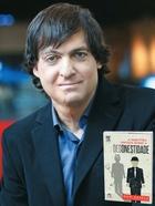 PROVOCAÇÃO O psicólogo Dan Ariely e seu livro A mais pura verdade sobre a desonestidade. Ele fez  experimentos para tentar explicar o funcionamento da trapaça (Foto: Andrew Harrer/Bloomberg News/Getty Images e divulgação)