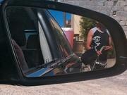 Um carro é abastecido em mercado paralelo de gasolina antes da queda do regime (Foto: Diego Escosteguy/ÉPOCA)