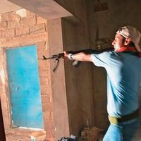 CENAS DE UMA GUERRA  Combatente atira contra posições do regime em Zawia, a oeste da capital do país.  (Foto: Florent Marcie/AFP)