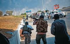 CENAS DE UMA GUERRA  Rebeldes enfrentam seguidores de Khadafi perto do quartel-general do ditador, em Trípoli.  (Foto: Bryan Denton/The New York Times)