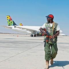 CENAS DE UMA GUERRA  Rebelde toma posição no aeroporto de Trípoli, tomado na semana passada (Foto: Louafi Larbi/Reuters )