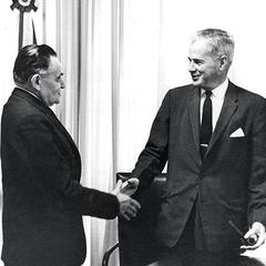 OS CANAIS OFICIAIS O presidente Castello Branco (à esq.) cumprimenta o embaixador dos EUA, Lincoln Gordon, em Brasília, em 1964. Gordon sempre sustentou que a atuação dos EUA no  golpe de 1964 resumiu-se a medidas para retirar cidadãos americanos  do Bras (Foto: arq. AE)