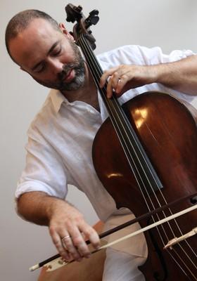 O violoncelista grego Dimos Goudaroulis, radicado em São Paulo (Foto: Reprodução)