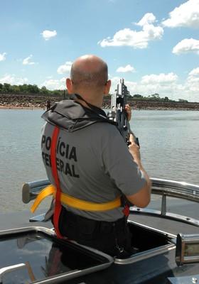 Policial federal faz patrulha em Foz do Iguaçu, zona de fronteira considerada preocupantes pelas autoridades americanas (Foto: Divulgação / PF)