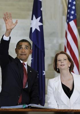 Ao lado da primeira-ministra da Austrália, Julian Gillard, Obama acena antes da entrevista coletiva dos dois chefes de governo (Foto: Lukas Coch / AP)
