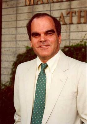 O professor Roderic Camp, em frente ao Claremont McKenna College, na Califórnia (Foto: Arquivo Pessoal)