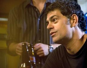 Eduardo Moscovis representa o jornalista Russel em cena de 180° (Foto: Divulgação)