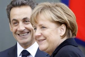 O presidente da França, Nicolas Sarkozy, e a chanceler da Alemanha, Angela Merkel (Foto: Remy de la Mauviniere/AP)