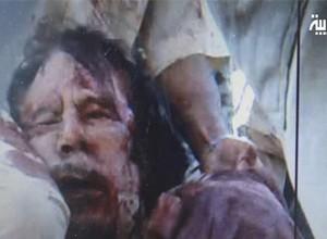 A TV Al-Arabiya divulgou imagens que seriam do ditador Muammar Khadafi morto após ser capturado em Sirte (Foto: Al-Arabiya-TV/AP)
