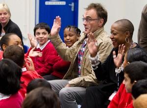O cineasta Danny Boyle visita uma escola primária em Londres, buscando estudantes para a cerimônia de abertura do Jogos Olímpicos de Londres. Mais de 900 alunos devem participar do espetáculo (Foto: AP)