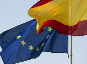 Bandeiras da Espanha e da União Europeia içadas em Madri (Foto: Getty Images)