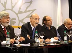 O secretário uruguaio Alberto Breccia (segundo, da esquerda para direita) (Foto: EFE)