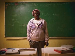 SALA DE AULA A doméstica Jaci Maria dos Santos numa sala de alfabetização em Embu, São Paulo. É sua segunda tentativa de aprender a ler e escrever (Foto: Filipe Redondo/ÉPOCA)