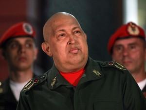 Hugo Chávez, durante coletiva de imprensa na Venezuela. Dessa vez, o anúncio foi no Twitter (Foto: AP)