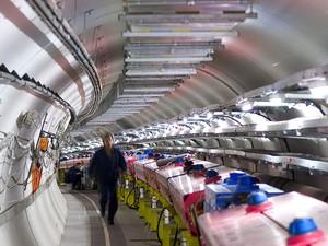 Laboratório do Centro Europeu de Pesquisa Nuclear pode ter encontrado partícula mais rápida que a luz (Foto: AP)