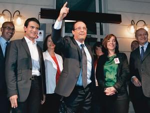 TRIUNFANTE François Hollande  (no centro) comemora a vitória nas primárias do Partido Socialista. Ele já começa com 62% das intenções de voto nas pesquisas  (Foto: Thomas Samson/AFP)