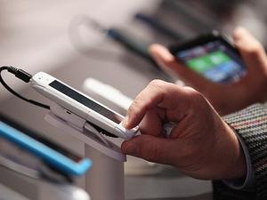 Consumidor testa smartphones (Foto: Getty Images)