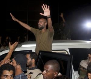Saif al-Islam, filho de Muammar Khadafi, é saudado por tropas fieis ao ditador em Trípoli, numa demonstração de que parte do regime ainda sobrevive  (Foto: AP)