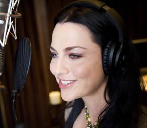 Amy Lee, vocalista do Evanescence, no estúdio (Foto: Divulgação)
