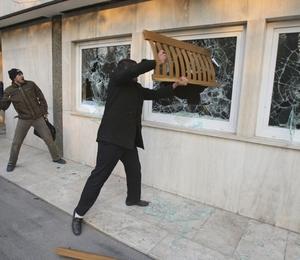 Estudantes iranianos atacaram a embaixada britânica em Teerã (Foto: Vahid Salemi/AP)