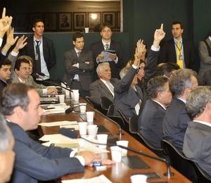A Comissão Especial da Câmara dos Deputados que analisa o texto-base da Lei Geral da Copa aprovou o texto do relator, Vicente Cândido (Foto: José Cruz/Abr)
