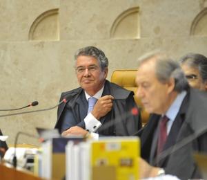 O ministro Marco Aurélio Mello, relator da ação sobre aborto de anencéfalos, ouve apresentação do advogado da Confederação Nacional dos Trabalhadores na Saúde, Luís Roberto Barroso (Foto: Elza Fiúza/ABr)