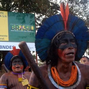 Grupo indígena em frente à estrada que dá acesso ao canteiro de obras de Belo Monte (Foto: Ivan Canabrava/Illuminati Filmes/ONG Xingu Vivo)