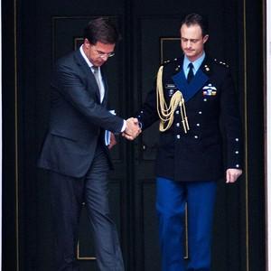 O peimeiro-ministro holandês Mark Rutte deixa o palácio real após sua renúncia (Foto: Agência EFE)