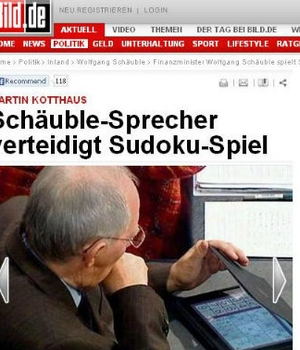 O ministro das Finanças alemão joga Sudoku durante a votação no Parlamento sobre o resgate à Grécia (Foto: Reprodução/Internet)