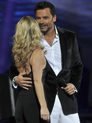 Felipe Camiroaga era apresentador de dois programas da Televisión Nacional de Chile (TVN). Na foto, abraça Soledad Onetto em evento no ano passado (Foto: Jorge Sanchez/AP)