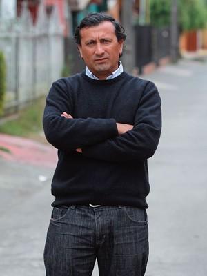 VIDA COMUM Raúl Bustos, na rua onde mora, em Talcahuano. Ele é um dos poucos que retomaram uma vida normal após o resgate  (Foto: Gentileza Diário El Mercurio)