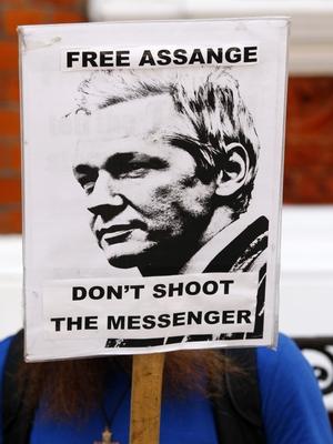 O fundador da Wikileaks, Julian Assange, que está refugiado na embaixada do Equador em Londres (Foto: AP Photo/Tim Hales)