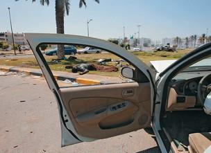 MORTOS NA RUA O corpo de uma vítima dos combates em Trípoli próximo ao quartel-general de Khadafi  (Foto: Youssef Boudlal/Reuters )
