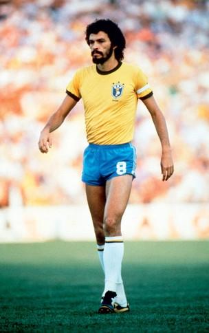O DOUTOR EM CAMPO Sócrates durante uma partida na Copa de 1982 dea5beac9e76c