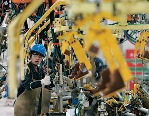 VENDEDORA AGRESSIVA  Uma linha de montagem de automóveis na China. O país se preparou durante 15 anos e mudou 9 mil leis antes de abrir o mercado  (Foto: Aly Song/Reuters)