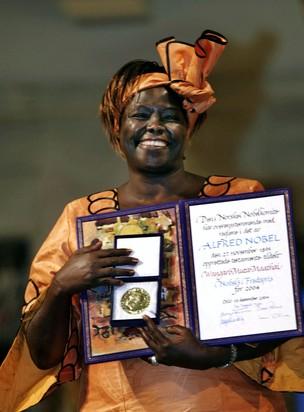 Wangari Maathai recebe seu Prêmio Nobel em dezembro de 2004. Ela morreu de câncer aos 71 anos de idade. (Foto: Bjorn Sigurdson / AP)