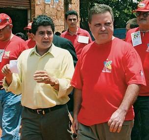 AUTORIDADE Numa foto de 2005, o traficante boliviano Huber Rivero, então prefeito de San Matías, caminha ao lado do então governador Blairo Maggi  (Foto: Governo do Estado de MT)