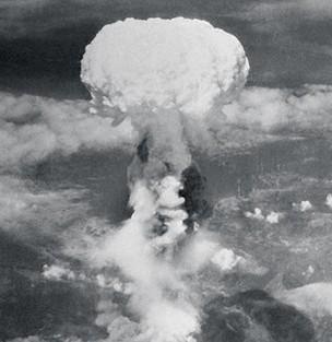 FORA DO PADRÃO A nuvem radioativa produzida pela bomba atômica lançada pelos Estados Unidos em Nagasaki, no Japão, em 1945. Na teoria de Steven Pinker, a Segunda Guerra Mundial  foi uma exceção no século mais pacífico da história  (Foto: AP)