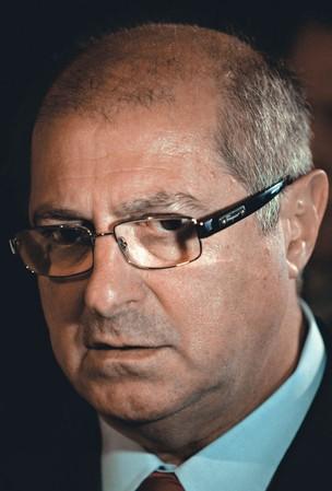 BENESSE  Sintonizado nas urnas de 2012, o ministro Paulo Bernardo distribuirá novas rádios (Foto: Werther Santana/AE)