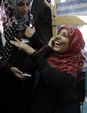 Tawakkul Karman sorri contente depois de ficar sabendo que acabara de ganhar o Nobel da Paz. Ela, que integra o grupo de manifestantes iemenitas que pedem o fim do regime em seu país, nem sabia que havia sido indicada. (Foto: Hani Mohammed / AP)