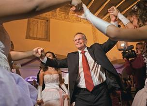 """NA DANÇA No baile de debutantes do Morro da Providência, realizado em agosto, Beltrame foi disputado como """"príncipe"""" pelas meninas  (Foto: Pedro Farina/ÉPOCA)"""