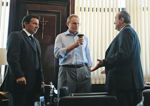 A VEIA GAÚCHA Beltrame suga o chimarrão em reunião com os subsecretários Hélio Pacheco Leão (à esq.) e Edval Novaes (à dir.)  (Foto: André Valentim)