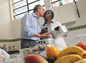 SIMPLICIDADE Na cozinha da Secretaria, Beltrame beija dona Cristina. Ela faz seus pratos favoritos: carne assada com nhoque e pudim de leite condensado  (Foto: André Valentim)