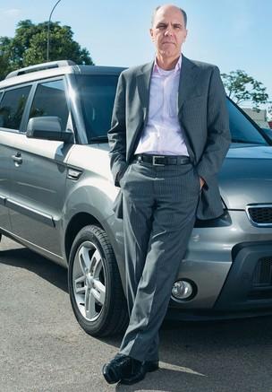 O ESTADO A REBOQUE O matemático Francisco Pires e seu carro. Ele gasta R$ 784 rodando 3.300 quilômetros, por mês, de casa ao trabalho. Cerca de R$ 200 são impostos (Foto: Rogério Cassimiro/Época)