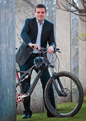 HÁBITOS SAUDÁVEIS Marcos Swarowsky em frente ao prédio da Microsoft em São Paulo. Ele adquiriu o hábito de pedalar diariamente no escritório de Seattle (Foto: Isadora Brant/ÉPOCA)