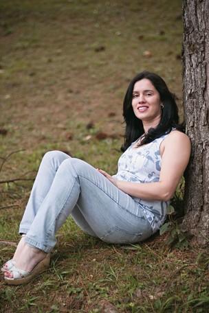 CEDO DEMAIS A paulistana Evelin Cristina de Carvalho, de 34 anos. Ela foi a primeira entre as amigas a entrar na puberdade, aos 9 anos. Parou de crescer e teve de tomar hormônios para chegar  a 1,61 metro  (Foto: Camila Fontana/ÉPOCA )