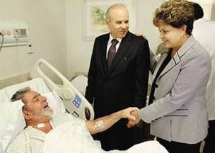 COMPANHEIROS Na suíte 1.125 do Sírio-Libanês, Lula recebe a presidente Dilma e o ministro Guido Mantega. Devido à doença, sua atividade política deverá diminuir (Foto: reprodução)