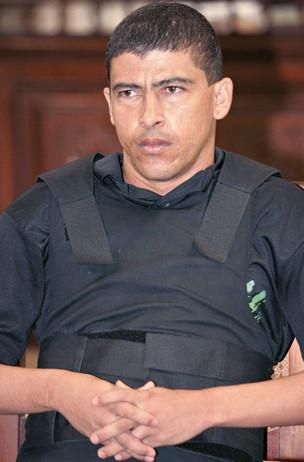 FORAGIDO O coautor Clodoaldo Batista durante seu julgamento em 2005. Ele já cumpria pena no regime aberto, mas desde fevereiro deste ano não retorna à prisão  (Foto: Jefferson Coppola/Folhapress)