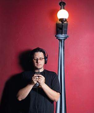 """NOVA OPÇÃO O publicitário Carlos Merigo baixa 70% das músicas que consome. Agora, vai passar a comprar boa parte delas. """"É mais prático, rápido e barato"""" (Foto: Rogério Cassimiro/ÉPOCA  )"""